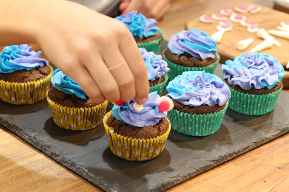 decorating unicorn cupcakes